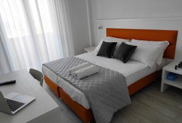 Camera sommier pelle arancione Gran San Bernardo Riccione